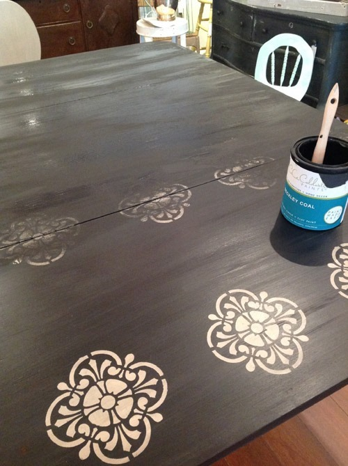 How to Refinish a Wood Table Top for a Shabby Chic Look