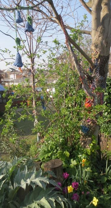 crochet_flowers_yarn_bombs_trees
