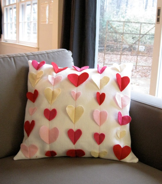 14 Valentine Pillows - Free Sewing Tutorials - FineCraftGuild.com :: felt heart rows