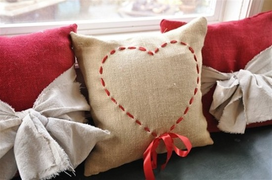 14 Valentine Pillows - Free Sewing Tutorials - FineCraftGuild.com :: stitched heart